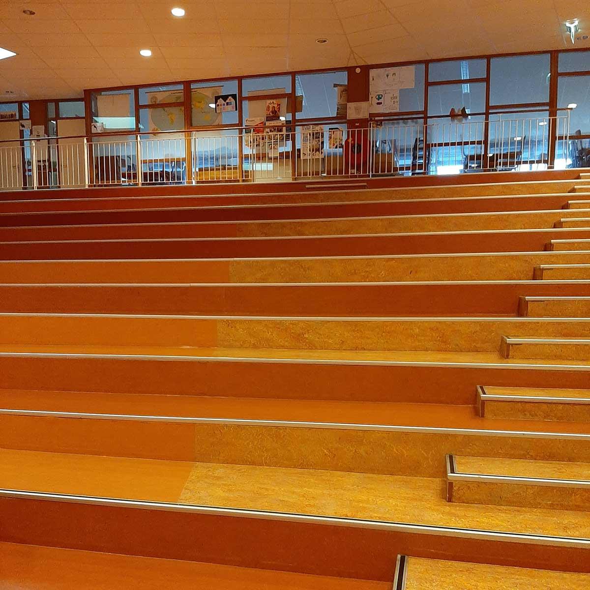 SchoneVloeren.nl Project Broek op Langedijk trappen marmoleum reinigen en polymeren